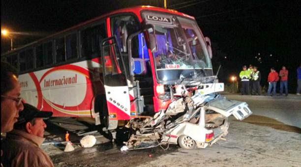 accidente de bus y automovil en Cuenca