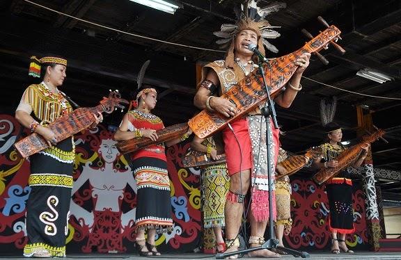 Etnik Unik: Sampek (sape') Alat Musik Petik Khas Suku Dayak