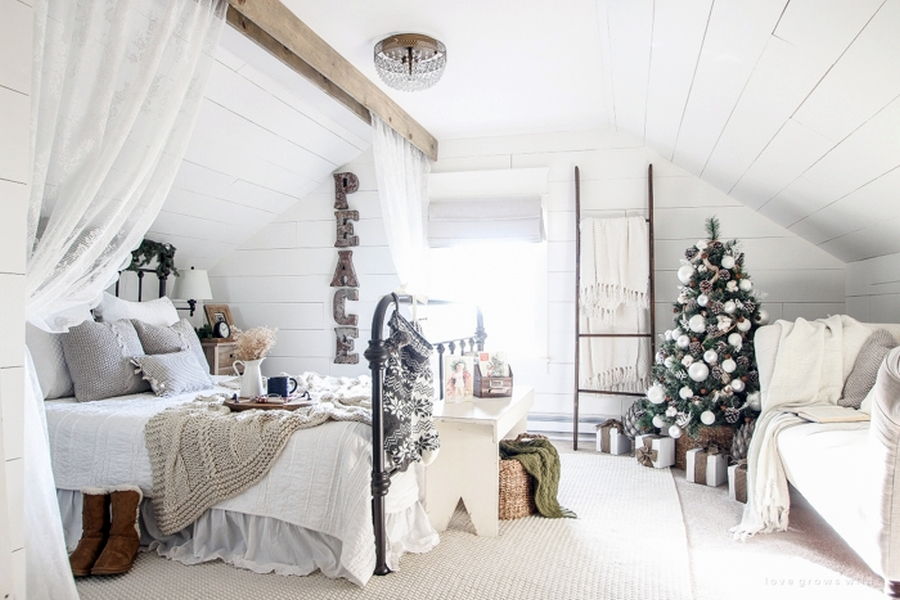 Sypialnia w świątecznej odsłonie, wystrój wnętrz, wnętrza, urządzanie mieszkania, dom, home decor, dekoracje, aranżacje, Święta Bożego Narodzenia, Christmas, zima, winter, sypialnia, bedroom, łóżko, bed, styl skandynawski, scandinavian style