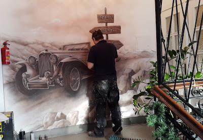 Artystyczne malowanie ściany, mural aranżacja ściany poprzez malowanie, malowanie ciekawego fraffiti na ścianie, ozdobne malowidło ścienne w sepii