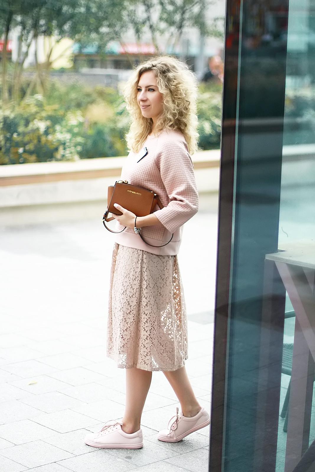 margarita_maslova_nude_look_sweatshit_midi_skirt_pink_sneakers