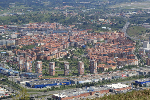 Vista panorámica de Barakaldo, con Megapark en primer término