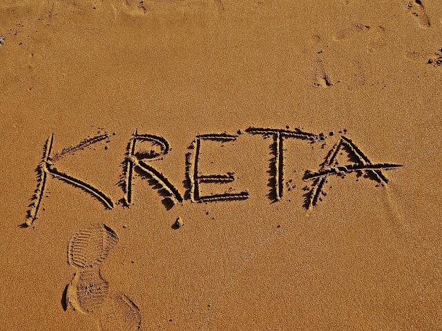 złoty i drobny piasek na plaży na Krecie