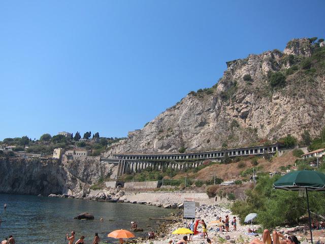 Stranden Isola Bella på Sicilien