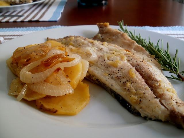 Dorada al horno con patatas, ajo y romero
