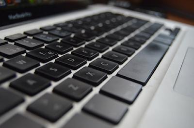 Cara Membersihkan Keyboard Laptop dan PC Sendiri Begini 2 Cara Membersihkan Keyboard Komputer dan Laptop dari Debu dan Tumpahan Air