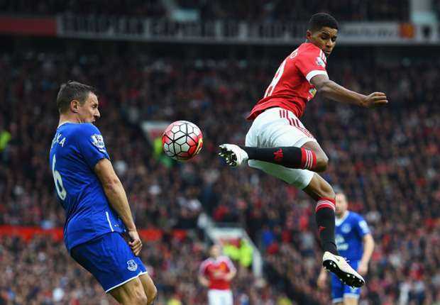 Com homenagens à Sir Bobby Charlton, United vence Everton em Old Trafford