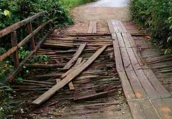Warga Kapuas Hulu Minta Uang Pajak Perbaiki Jembatan Sungai Lalau