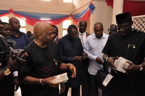 Jeso! See the huge wads of cash billionaire Arthur Eze sprayed at wedding
