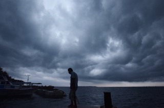 nelayan dalam cuaca buruk