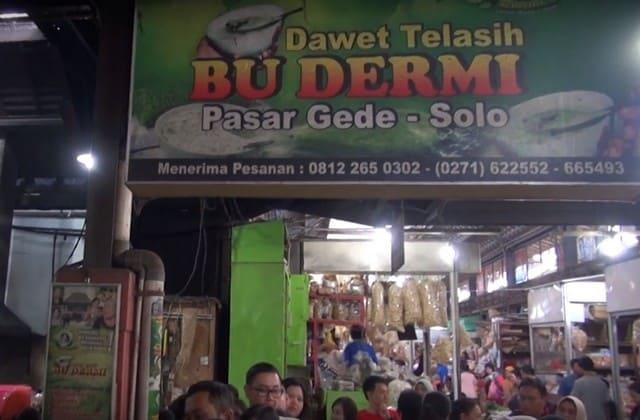 Jika kakimu sudah lelah berkeliling pasar Gede membeli batik mampirlah ke Es Dawet Telasih Bu Dermi