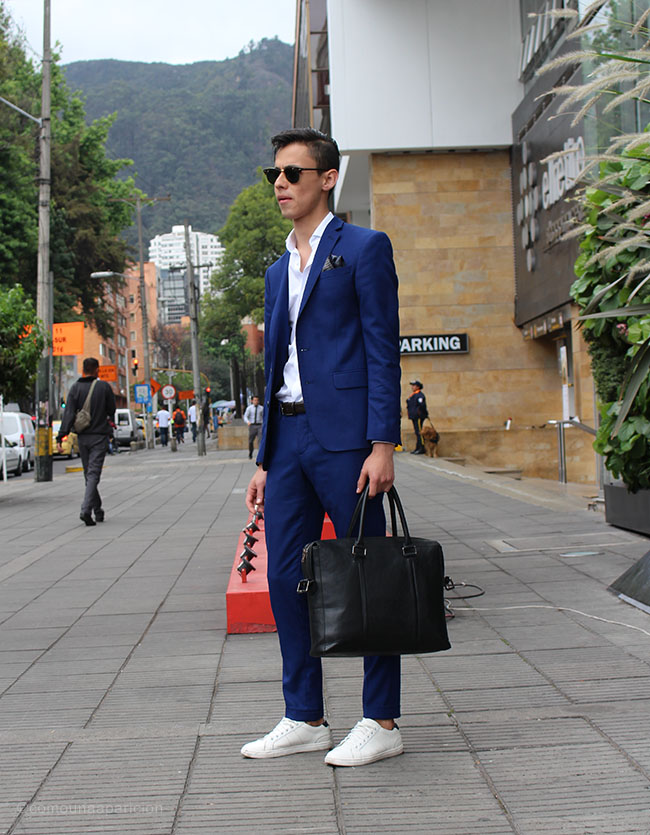como-una-aparición-street-style-street-looks-moda-en-la-calle-men-style-suit-bagas-accesories-sunglasses-sneakers-tairoling-pocket-square-white-shirts-colombian-bloggers
