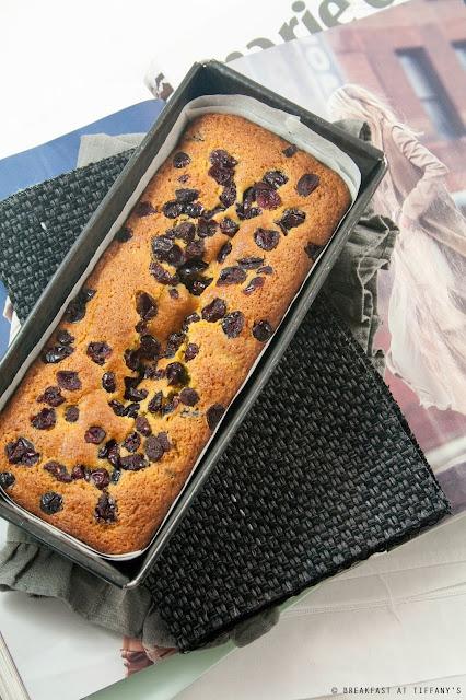 Plumcake con mix di mirtilli e lamponi al profumo di limone