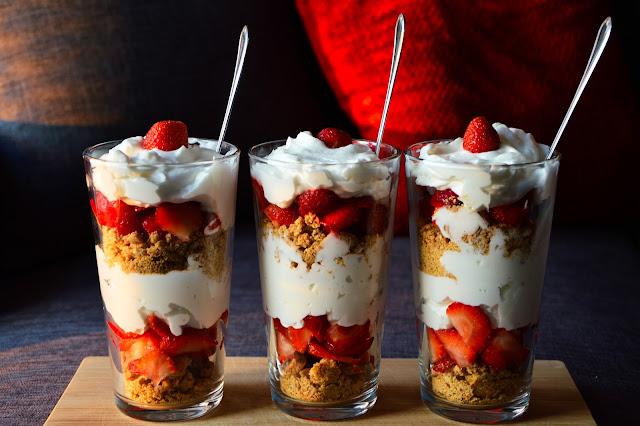 Drei Gläser, voll mit leckerem Erdbeertiramisu! Super gesund!