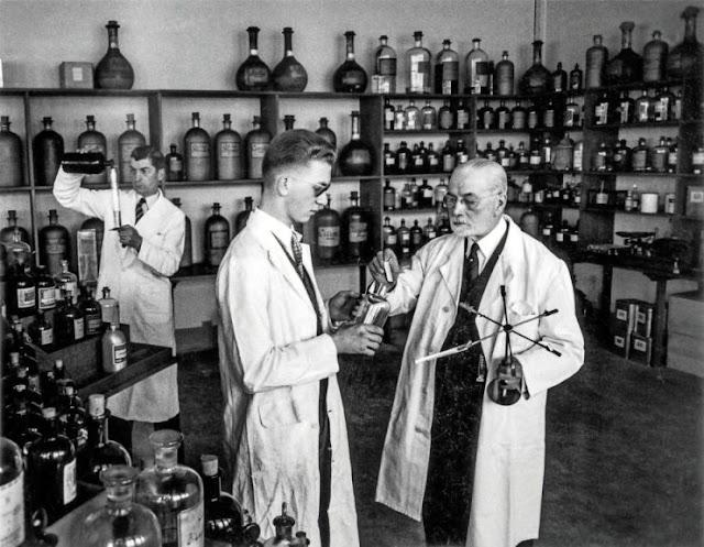 Jacques Guerlain w 1955 roku - wówczas prawdziwie wykonujący zawód perfumiarza
