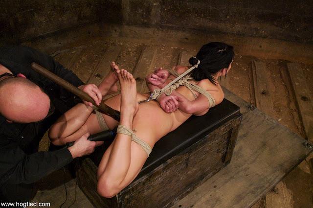 hogtied nue sur femme brune prisonnière en bondage