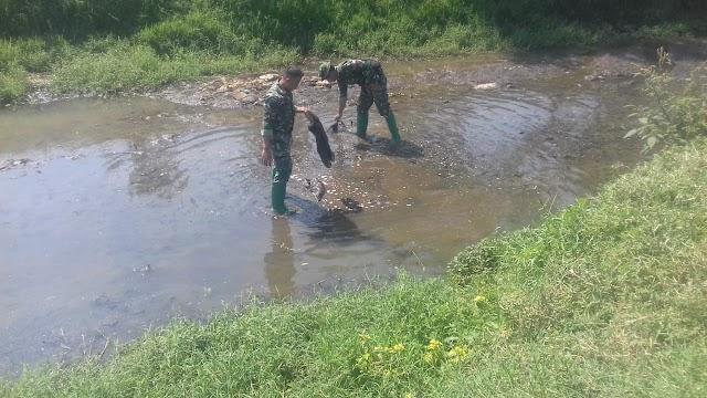 Tak Melulu Tindak Pabrik Nakal, Satgas Sektor 21 Rutin Bersihkan Anak Sungai Citarum