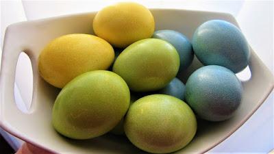 Bojanje šarenih jaja iz bakine košare / Coloring easter eggs (old fashioned way)