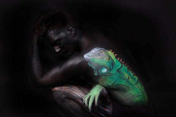 Body paint inusual y muy atractivo.