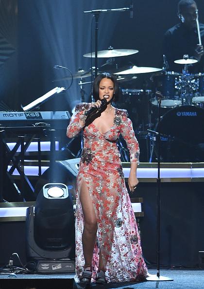 Rihanna arrasa en homenaje a Lionel Richie en fiesta Pre-Grammy.
