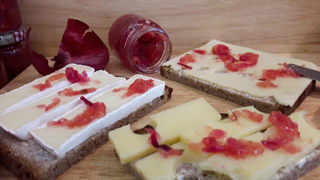 Käsebrett für Gäste mit Zwiebel-Apfel-Marmelade