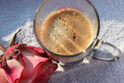 un café et une fleur pour un bonjour d'amour