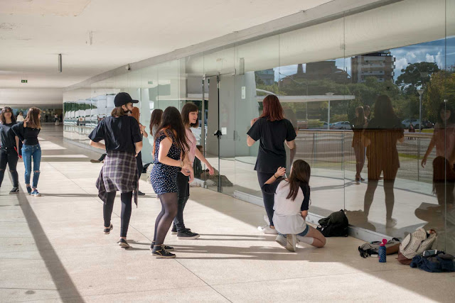 jovens dançando no Museu Oscar Niemeyer