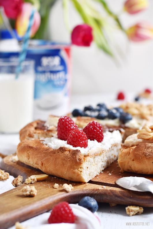 Süße Frühstückspizza mit Joghurtsauce und frischen Früchten