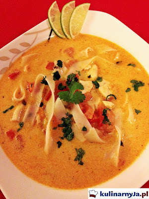 Tajska zupa z mlekiem kokosowym i kurczakiem