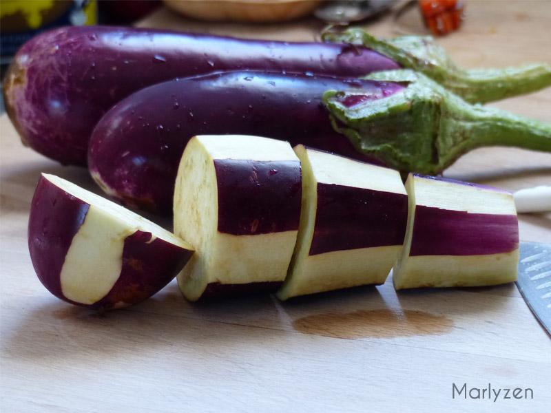 Tranchez les aubergines en épaisses rondelles.