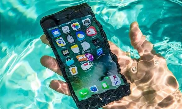 6 Cara Mengatasi Smartphone Android Yang Terkena Air/Terjebur Di Air