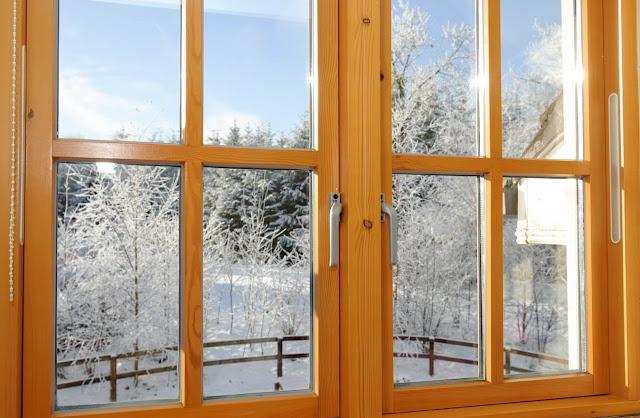 деревянное окно зимой