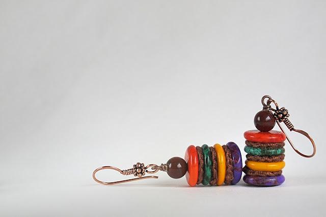 gehaakte schijfjes en felgekleurde howlietschijfjes met jaspiskraaltje en koperen haken.  net geen 5 cm