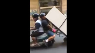 Ragazzi trasportano frigo con scooter a Napoli - Video