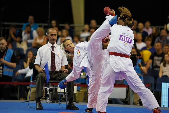 La francesa Alexandra Recchia enfrenta a Bettina Plank de Austria en la competencia de karate de los Juegos Mundiales 2017