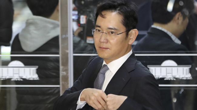 Procuradores especiais da Coreia do Sul interrogaram nesta quinta-feira o chefe do conglomerado Samsung Group, Jay Yong Lee, por suspeita de pagamento de subornos em um escândalo de tráfico de influência que levou a um processo de impeachment contra a presidente Park Geun-hye