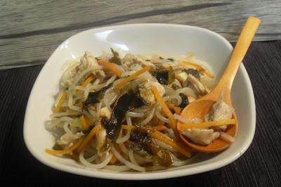 Fideos con pollo, algas y  verduras