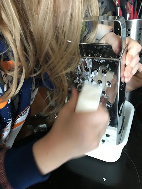 Seife selber machen aus Kernseife - erstmal zerkleinern
