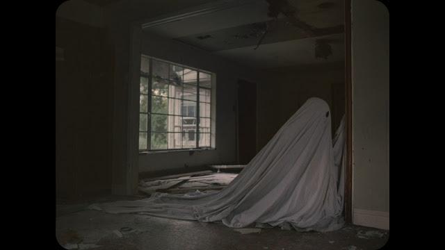C. (Casey Affleck) gratte le mur dressé entre lui et sa libération dans A Ghost Story