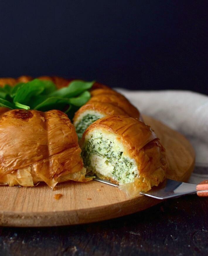 Pastel vegetariano de espinacas y ricotta con base de masa filo