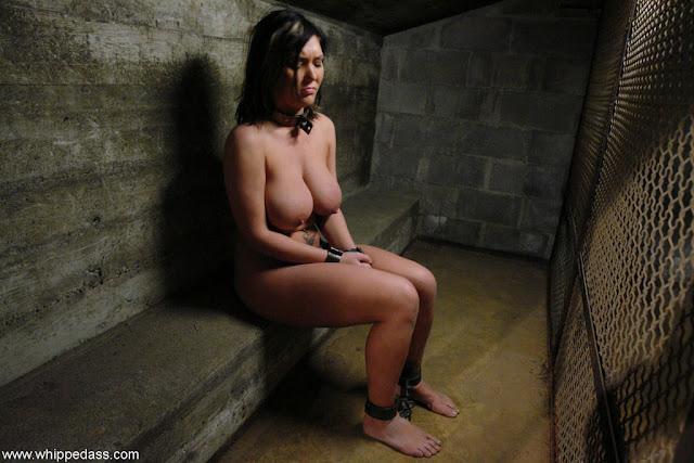 Prisonnière laissée totalement nue et enchainée en cellule de prison. Female prisonnier naked behind bars. Nudity and humiliation