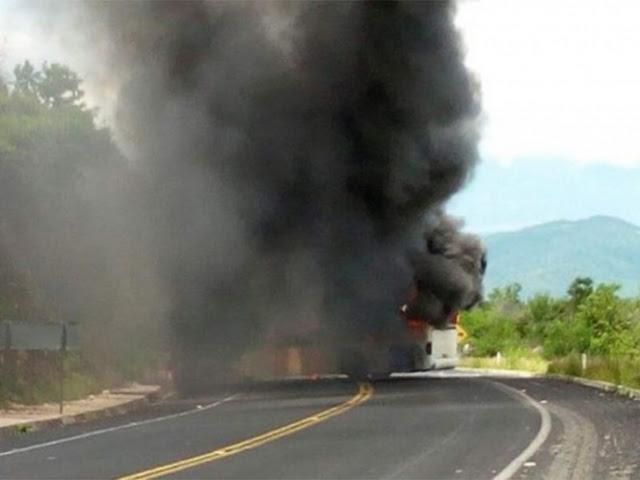 VIDEO; Armados y a punta pistola hombres incendian autobús de pasajeros