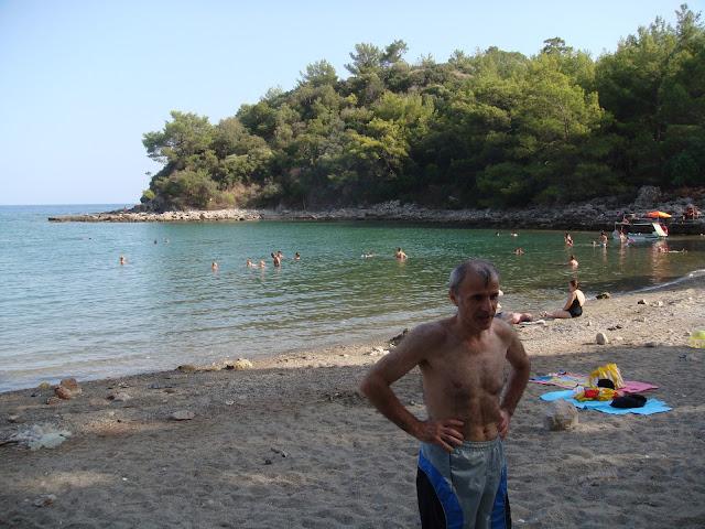 Antalya Kemer yakınlarındaki Phaselis antik kenti plajı ve etrafındaki çamlık alan
