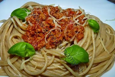 Makaron pełnoziarnisty w sosie bolognese