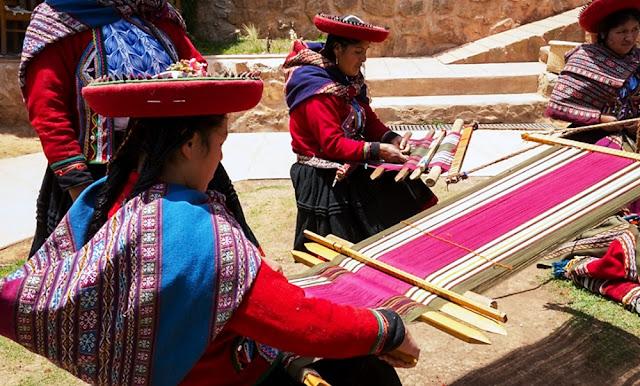 Artesanos peruanos en diseño de telares textiles