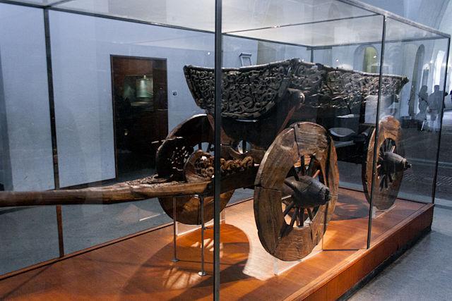 Carro vikingo de caballos de madera de cuatro ruedas en el Museo de los Barcos Vikingos en Oslo