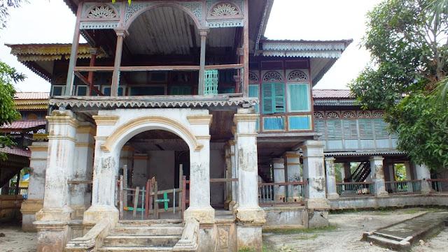 Sisi sebelah kanan Istana Lima Laras