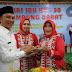 Bupati Lampung Barat Memotong Tumpeng untuk Memperingati Hari Ibu Ke 90, di Aula Kagungan