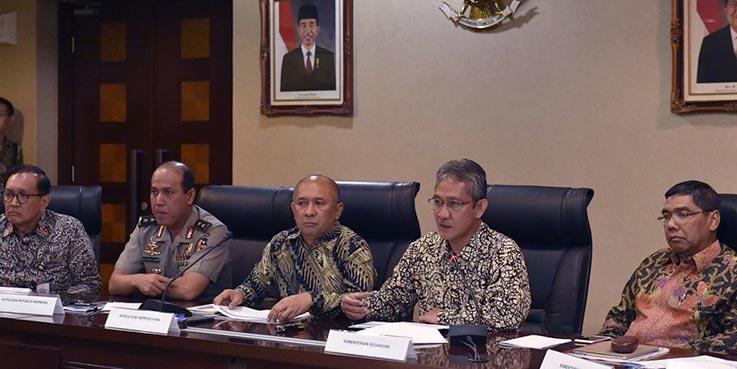 Dirjen Anggaran Kemenkeu Askolani didampingi Kepala Staf Kepresidenan Teten Masduki, saat menyampaikan keterangan pers, di Kantor Staf Presiden, Jakarta, Jumat (6/1/2017) siang.