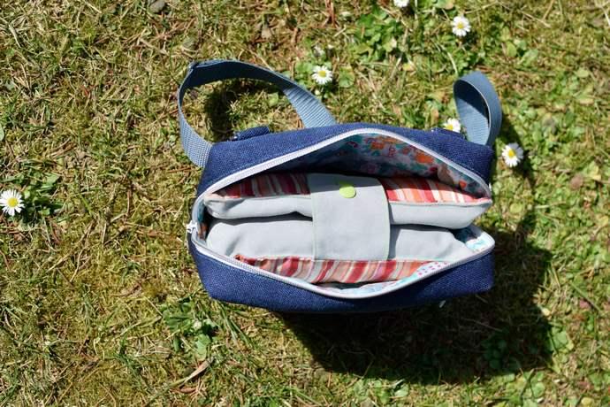 Blick in die geöffnete Hüfttasche mit Windeltasche O'Malley befüllt: passt genau, es bleibt Platz für Geldbörse, Schlüssel und Handy